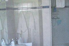 Large bathroom (bath, shower, 2 basins) - 3.5m x 3.5m