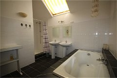 Bathroom with bath tub in the Gite