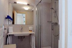 Garden flat - en-suite shower room