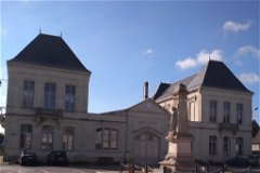 Hotel de Ville and main square, Lencloître