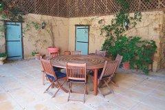 Outdoor dining & wooden lattice barn