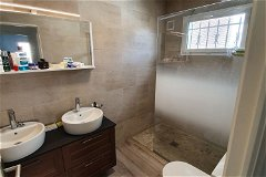 Master bedroom suite bathroom