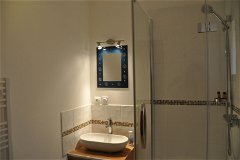 Villa Saule - En suite bathroom with bedroom 1 upstairs