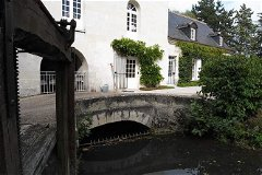 Sluice gate and house