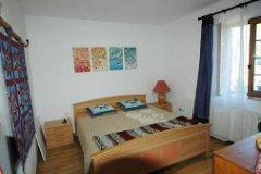 Bedroom 1 w/bed size 180 cm wide
