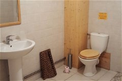 Wet room downstairs serving 2 large twin bedrooms/proprietaire rooms